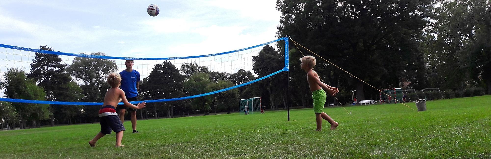 Kleine Kinder beim Volleyball